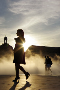 Bordeaux_place_de_la_bourse_sunset_and_fog_with_girl